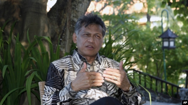 ASEAN Secretary General Surin Pitsuwan speaks during an interview in Nusa Dua in Indonesia's resort island of Bali, July 20, 2011. (file photo)