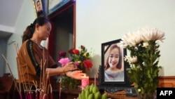 Một thân nhân thắp nhang tại bàn thờ cô Bùi Thị Nhung, một trong số 39 nạn nhân tại Anh.