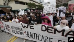 Người biểu tình tuần hành ở Tampa, Florida để phản đối các chính sách của đảng Cộng Hòa