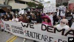 民众8月27日在佛州坦帕的共和党大会外抗议表达不满