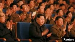 북한의 김정은 국방위원회 제1위원장이 지난 2월 북한군 군악단 창설 70주년 기념 음악회에서 박수 치고 있다. (자료사진)