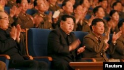 Le leader nord-coréen Kim Jong Un applaudit pendant la cérémonie marquant le 70ème anniversaire de la fondation de l'Armée coréenne à Pyongyang, le 23 février 2016.