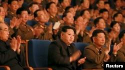 朝鲜领导人金正恩观看歌舞表演。