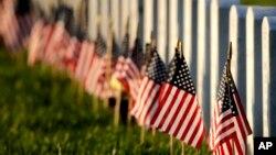 Флаги США у могил на Национальном кладбище в городе Ливенворт в штате Канзас в День поминовения 28 мая 2017 г.