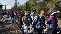 Policija je dozvolila migrantima da u malim grupama prelaze iz Grčke u Makedoniju
