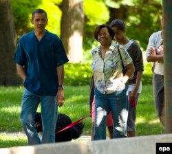 Tổng thống Obama đi dạo cùng phu nhân và mẹ trên con đường gần nhà ông ở Chicago, bang Illinois, Mỹ ngày 29/5/2010.