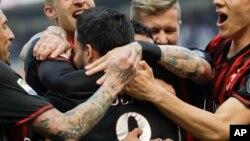 Suso de l'AC Milan, au centre, jubile avec ses coéquipiers Jose Sosa, à gauche, Gerard Deulofeu, Juraj Kucka et Mario Pasalic, après avoir ouvert la marque au cours d'un match entre l'AC Milan et Palermo au stade San Siro à Milan, Italie, 9 avril 2017.