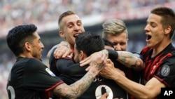 Suso de l'AC Milan (C), Jose Sosa (G), Gerard Deulofeu, Juraj Kucka et Mario Pasalic, après avoir ouvert la marque lors d'un match contre Palermo à Milan, Italie, 9 avril 2017.