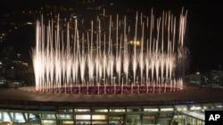 2016年8月5日,巴西里约夏季奥运会开幕式,焰火在马拉卡纳体育场上空绽放。