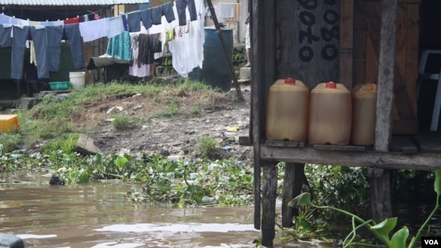 In Niger Delta cities like Warri fuel is sold in jerry cans from illegal refineires and often resold several times before it is used. (VOA/H. Murdock)
