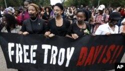 示威者9月21日在华盛顿白宫前抗议,要求释放死刑犯洛伊.戴维斯