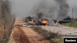 Vehículos arden cerca de la frontera entre Israel y el Líbano.