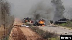 28일 이스라엘과 레바논 국경지역에서 차량이 불에 타고 있다.