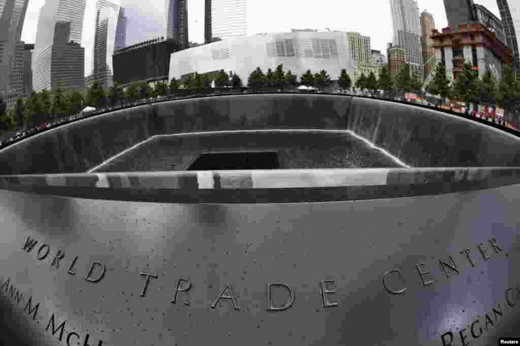 Eneo la south pool la Kumbukumbu ya Septemba 11 linaonekana huku watalii wakitembelea ground zero huko New York Juni 5, 2012.