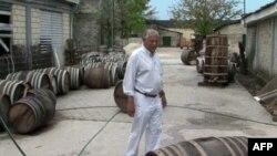 Ông Thierry Gardere bên các thùng rum của hãng ông