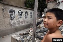 上海等待拆除的建筑的墙上有文革期间画上的毛泽东像(2006年9月8日)