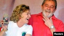 El expresidente Lula da Silva junto a su esposa en junio de 2010.