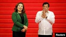 Presiden Filipina Rodrigo Duterte didampingi pasangannya, Honeylet Avancena, menunggu para pemimpin negara-negara anggota ASEAN yang akan menghadiri KTT ke-30 ASEAN di Manila, Filipina, 29 April 2017. (REUTERS/Erik De Castro)