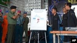 8일 에어아시가 여객기 꼬리가 발견된 인도네시아 자바바해의 수색함 선상에서 모엘도코 인도네시아 합참의장이 꼬리 인양 작업에 대해 설명하고 있다.