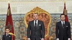 ملک محمد، پادشاه مراکش در کنار پسرش (سمت چپ) و برادرش (سمت راست)