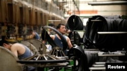 中国河北邢台万达轮胎公司的工人正在生产出口美日的汽车轮胎生产线上工作。(2019年5月21日)
