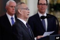 中国副总理刘鹤在白宫的美中第一阶段贸易协议签字仪式上转达了中国国家主席习近平给特朗普总统的一封信。(2020年1月15日)