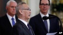 """El viceprimer ministro chino, Liu, lee una carta enviada por el presidente de China, antes de firmar la """"fase uno"""" de un acuerdo comercial entre China y Estados Unidos con el presidente Donald Trump, en la Sala Este de la Casa Blanca."""