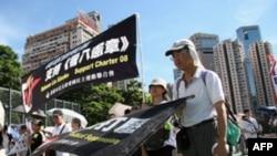 游行者争取中国实现民主