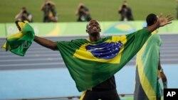 Vđv Usain Bolt của Jamaica khoác lá cờ của Brazil sau khi đoạt huy chương vàng nội dung 4x100 mét tiếp sức nam tại Thế vận hội mùa hè năm 2016, Rio de Janeiro, Brazil, ngày 19 tháng 08 năm 2016.