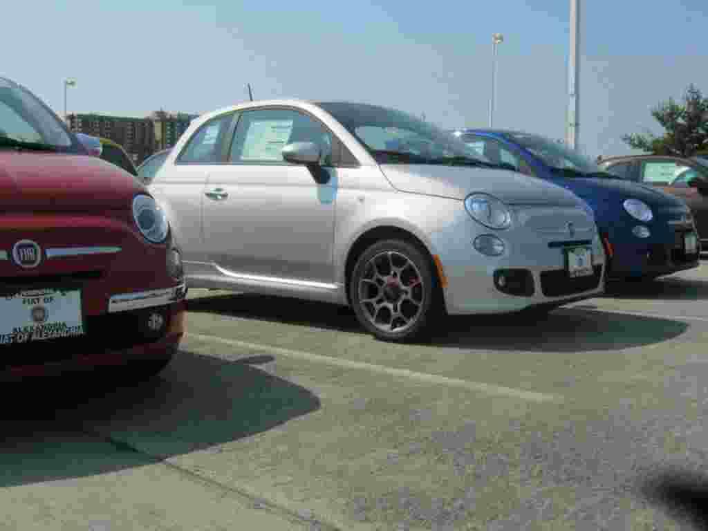 El Fiat 500 en EE.UU. tiene un gran desafío por vencer: la tendencia de los estadounidenses de usar camionetas de gran porte y vehículos deportivos utilitarios (SUV) de gran tamaño.