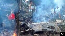 Personel militer Vietnam memeriksa lokasi kecelakaan helikopter di pinggiran Hanoi, Senin (7/7).