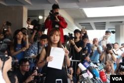当选议员但被取消资格的游蕙祯在香港高等法院外面。香港高等法院就港府针对青年新政梁颂恒和游蕙祯议员资格提出的司法覆核案做出裁决,指梁游两人违反基本法及《宣誓及声明条例》,所以取消议员资格。(2016年11月15日,美国之音海彦拍摄)