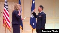 美国国会民主党籍华裔众议员刘云平晋升美空军上校 (刘云平推特)