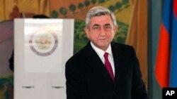 Presiden Serzh Sarksyan tengah memasukkan surat suaranya ke dalam kotak suara di sebuah TPS di Yerevan, Armenia (18/2). Kalangan luas memperkirakan Presiden Serzh Sarksyan akan memenangkan pemilihan presiden ini dan memimpin kembali negara bekas jajahan Republik Uni Soviet ini selama lima tahun ke depan.