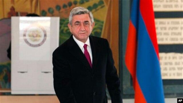 Tổng thống Armenia Serge Sarkisian đi bỏ phiếu tại Yerevan, ngày 18/2/2013.