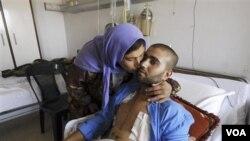 Seorang prajurit Suriah yang terluka dan ibunya di sebuah rumah sakit militer di Damaskus. Pasien empat rumah sakit di Suriah menjadi sasaran serangan pasukan keamanan pemerintah (foto:dok).