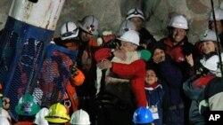 캡슐을 타고 올라온 광부를 환영하는 구조대와 가족들