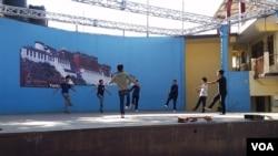 印度达兰萨拉,藏族青年人正在排练藏族舞蹈 。(美国之音朱诺拍摄,2016年11月5日)