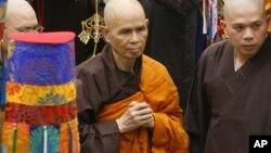Thiền sư Thích Nhất Hạnh trong lần trở về Việt Nam năm 2007.