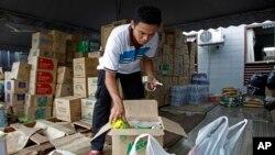 Tình nguyện viên đóng hộp mì ăn liền để gởi cho các nạn nhân lũ lụt.