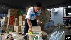 이재민들에게 갈 물품을 점검하는 말레이시아 구호 요원 (자료사진)