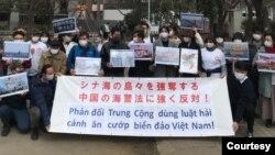 Người Việt tại Nhật biểu tình phản đối Luật Hải cảnh Trung Quốc trước Đại sứ quán Trung Quốc ở Tokyo ngày 7-3-2021. Photo Antichicom via Hoang Dung