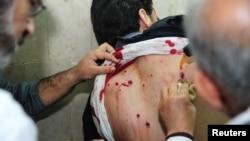 Медики оказывают помощь пострадавшему студенту. Дамаск. 28 марта 2013г.