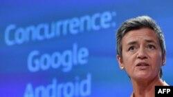 La comisaria de Competencia de la UE, Margrethe Vestager, acusó a Google de utilizar el dominio casi total del sistema Android en teléfonos inteligentes y tabletas para promover el uso de su propio motor de búsqueda de Google.