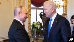 Tổng thống Nga Vladimir Putin bắt tay Tổng thống Mỹ Joe Biden tại hội nghị thượng đỉnh Mỹ - Nga ở Geneva, Thụy Sĩ, 6/6/2021.