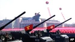 Xe tăng, xe bọc sắt và tên lửa diễn hành kỷ niệm 100 năm ngày sinh của nhà lãnh đạo đầu tiên Bắc Triều Tiên Kim Il Sung