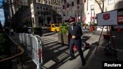 Представитель организации «Армия спасения» собирает пожертвования на улице у Рокфеллеровского Центра в Нью-Йорке (архивное фото)