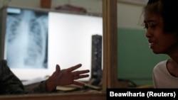 Seorang dokter (kiri) menghibur pasien tuberkulosisnya di poliklinik Persatuan Melawan Tuberkulosis di Jakarta, 4 April 2011. (Foto: REUTERS/Beawiharta)