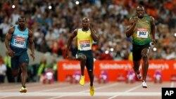 지난 2013년 7월 런던 올림픽에서 남주 100미터에서 자메이카의 우사인 볼트 선수(오른쪽)와 네스타 카터 선수(왼쪽)가 달리고 있다. 볼트와 카터는 베이징 올림픽에서 팀메이트로 계주에 출전해 금메달을 획득했으나 카터의 약물 복용이 드러나면서 해당 금메달을 박탈당했다.