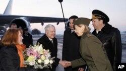美國國防部長蓋茨(中)及其夫人(左)星期一到達俄羅斯聖彼得堡時受到歡迎